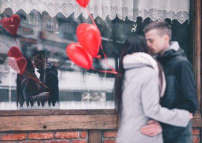14 февраля фото пара поцелуй воздушные шары в форме сердца