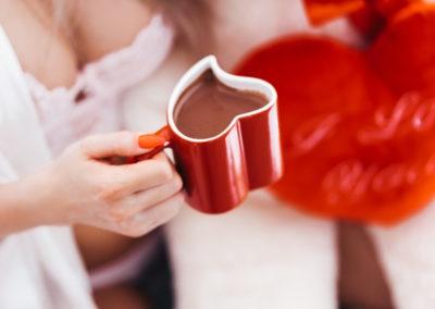 14 февраля красивые фото девушка с кружкой кофе в форме сердца