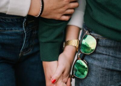 влюбленная пара держится за руки День святого Валентина