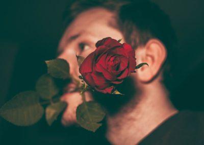 день Святого Валентина красивые фото парень с розой в pe.f[