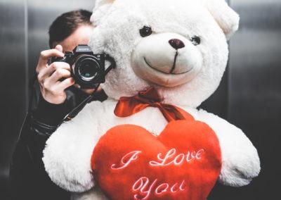 день Святого Валентина красивые фото парень с подарком плюшевый медведь