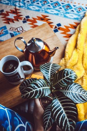 идеи фото осенью для инстаграм - чай в кровати