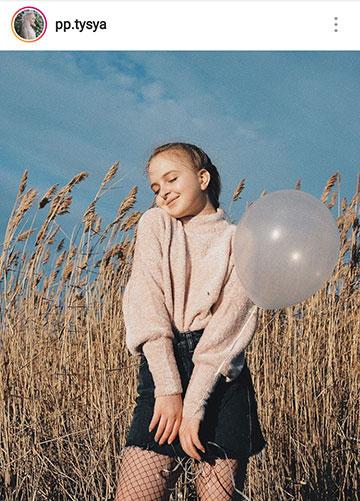 идеи фото осенью для инстаграм - деревня девушка в свитере