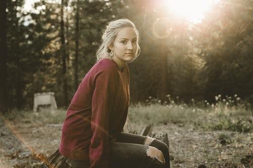 осенние идеи фото для инстаграм девушка в лесу