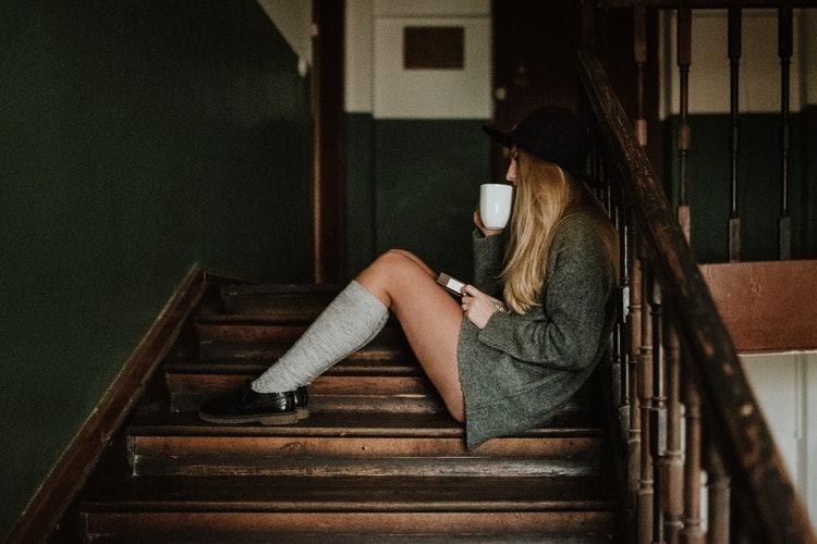 идеи фото осенью для инстаграм - девушка в носочках гольфах