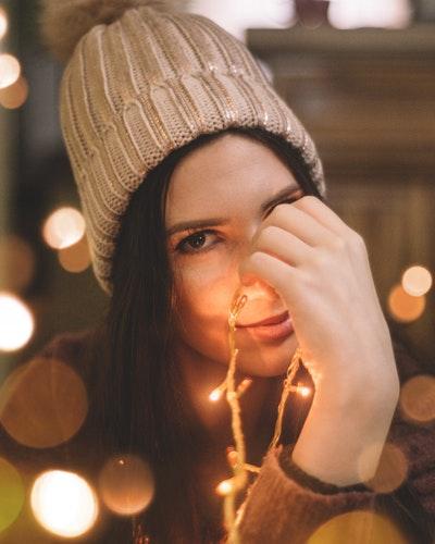 идеи фото осенью для инстаграм - девушка в вязаной шапке