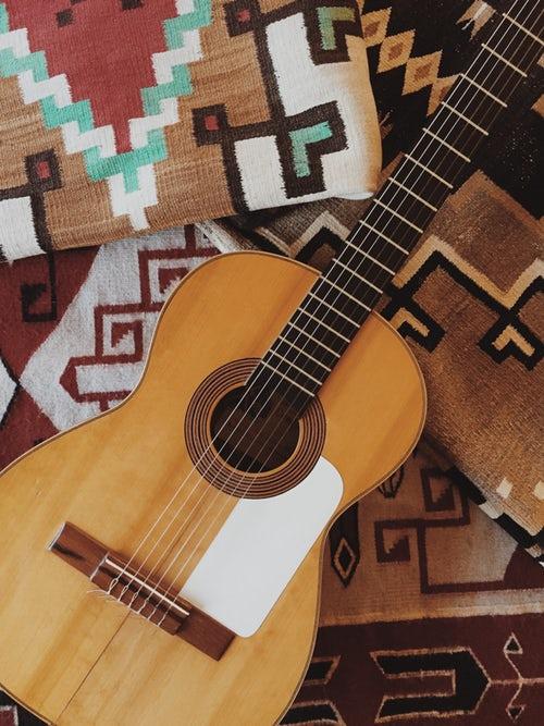 идеи фото осенью для инстаграм - гитара