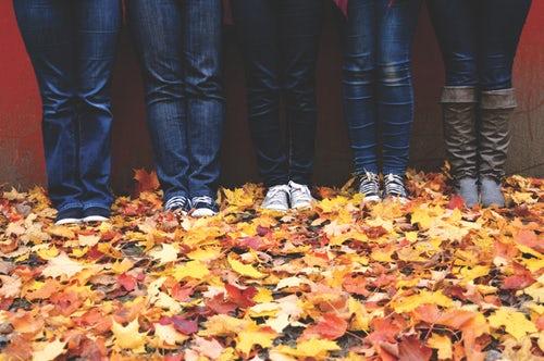 осенние идеи фото для инстаграм - листья под ногами