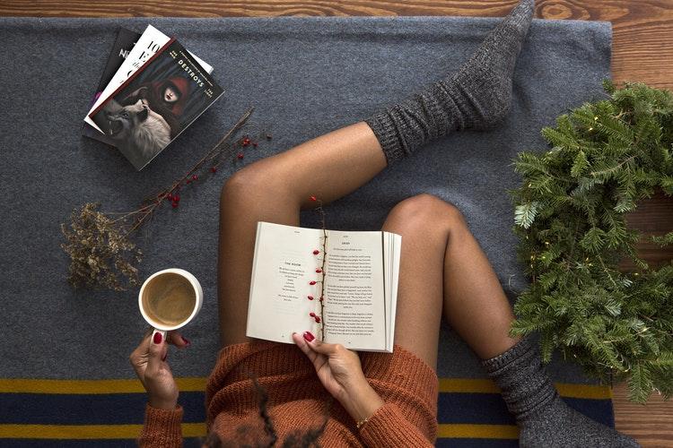 идеи фото осенью для инстаграм - девушка с кофе и книгой