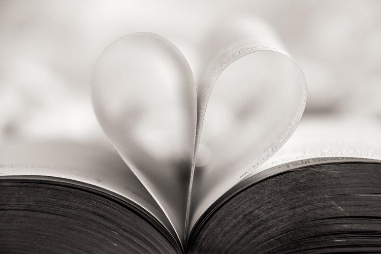 идеи фото осенью для инстаграм - страницы книги сердечко