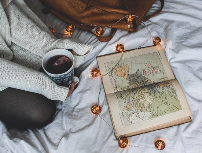 идеи фото осенью для инстаграм - книга и кофе в кровати