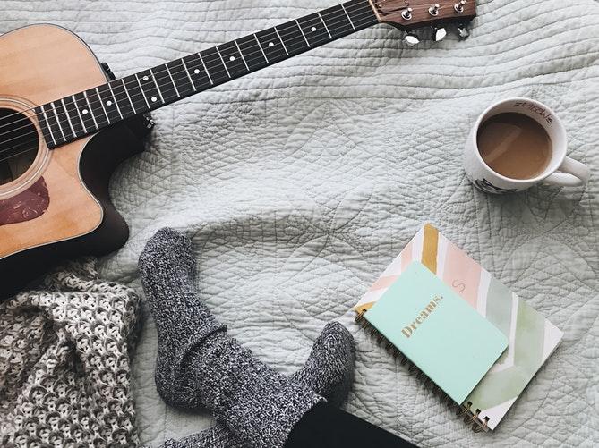 осенние идеи фото для инстаграм раскладка носочки гитара