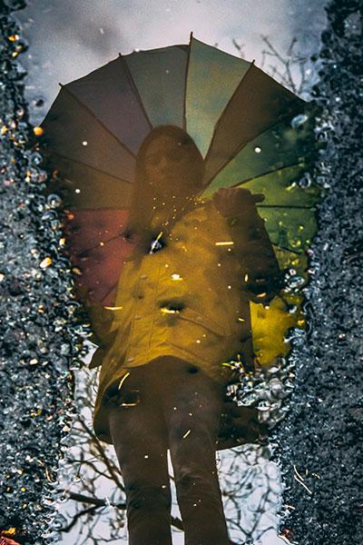 идеи фото осенью для инстаграм - отражение с в луже с зонтом