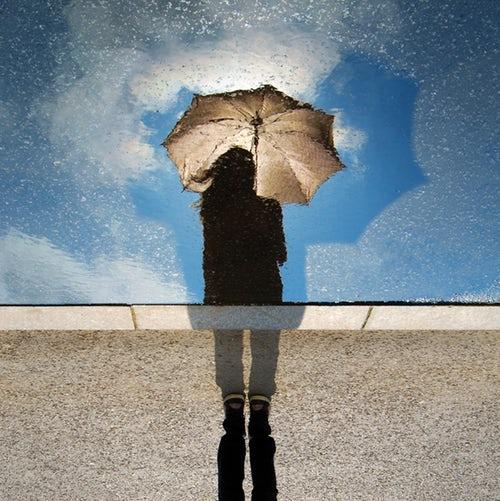 идеи фото осенью для инстаграм - отражение с зонтом