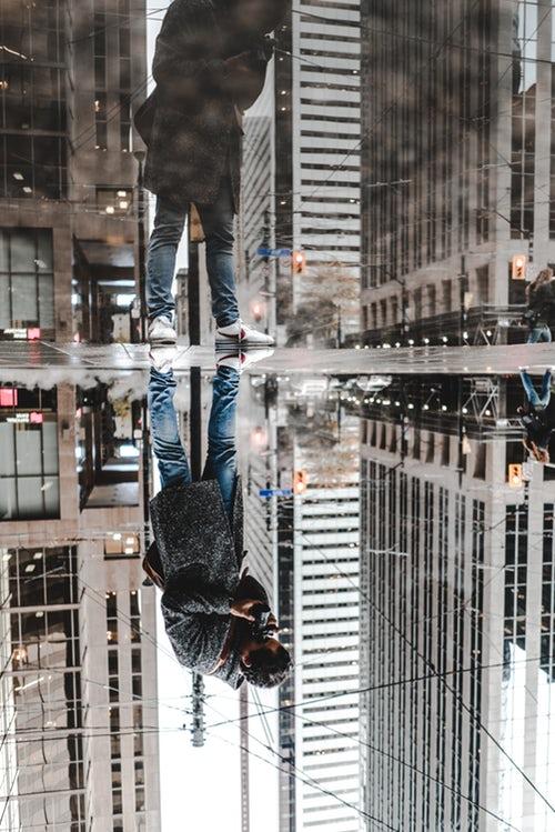 идеи фото осенью для инстаграм - отражение в луже в городе
