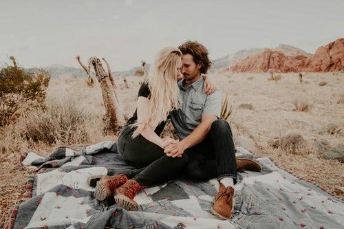 идеи фото осенью для инстаграм - пикник парочка влюбленных