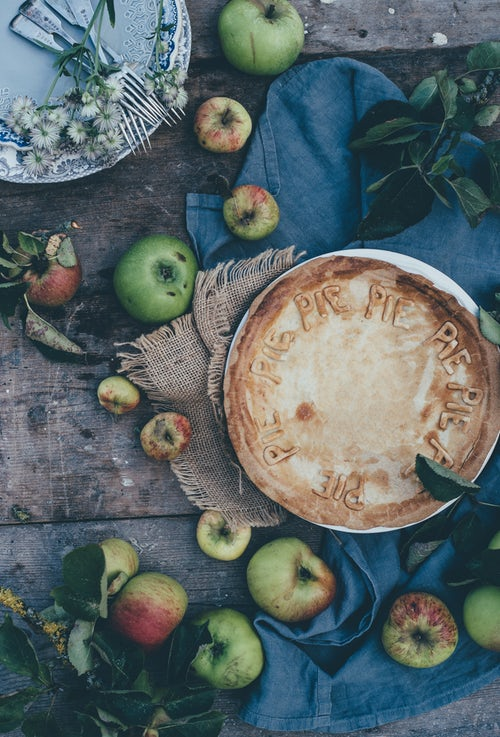 идеи фото осенью для инстаграм - яблоки пирог шарлотка