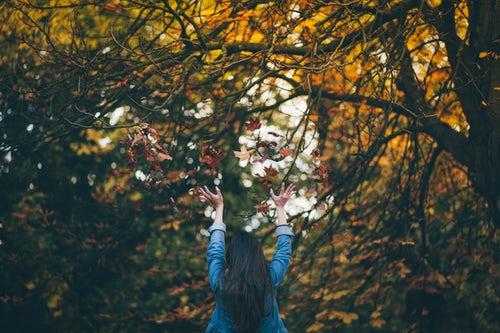 осенние идеи фото для инстаграм - подбрасывает листья в лесу