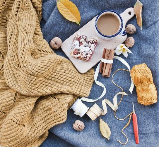 идеи фото осенью для инстаграм - раскладка флэтлей свитер кофе