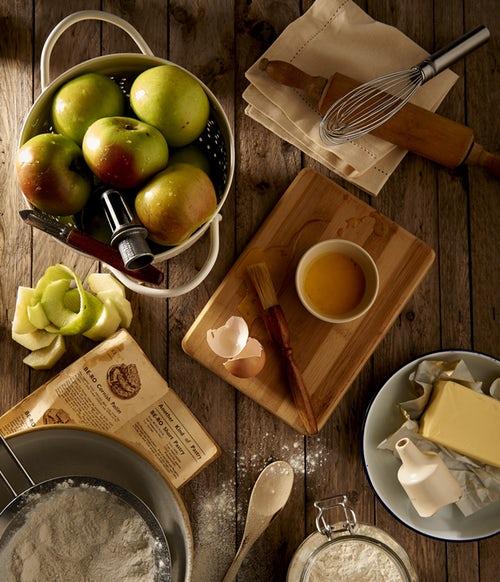 идеи фото осенью для инстаграм - раскладка яблоки на кухне