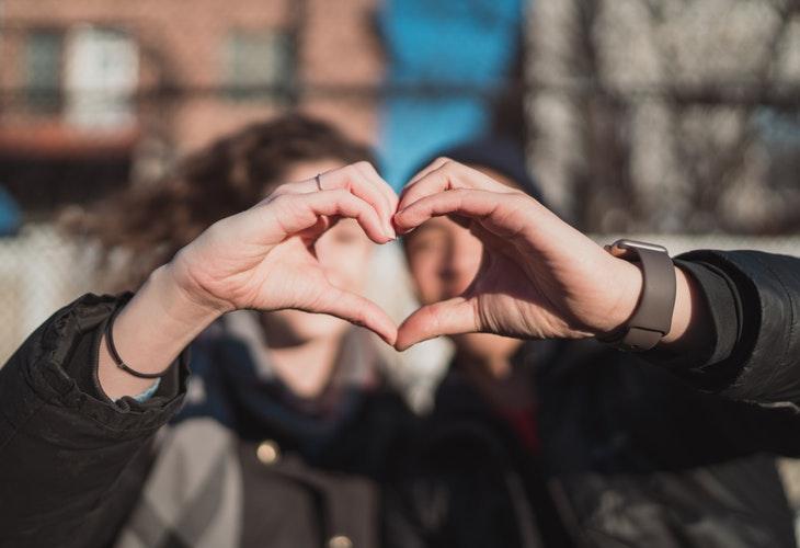 идеи фото осенью для инстаграм - сердечко ладонями
