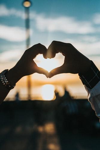 идеи фото осенью для инстаграм - сердечко руками на закате