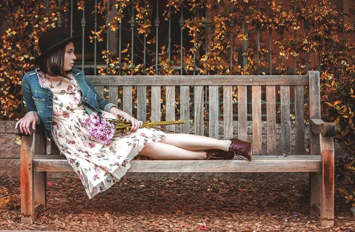 идеи фото осенью для инстаграм - девушка на лавочке