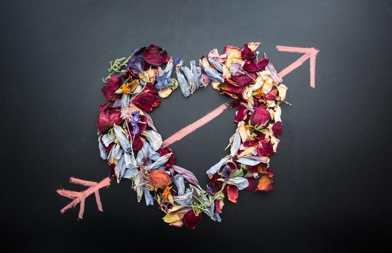 идеи фото осенью для инстаграм - сухие листья сердце