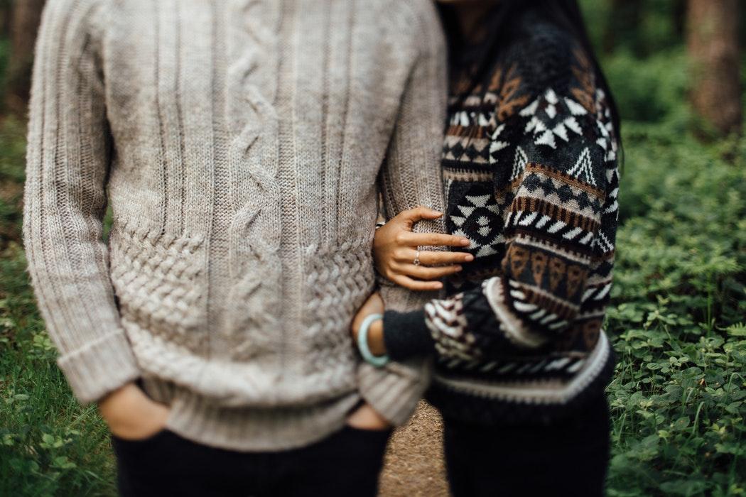 идеи фото осенью для инстаграм - парочка в свитерах