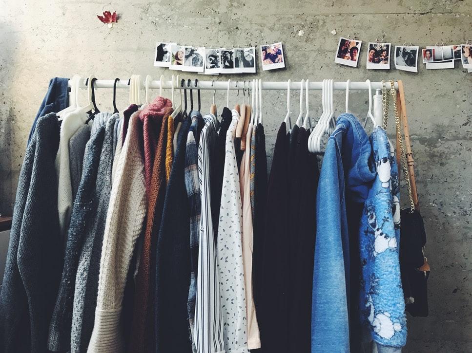 идеи фото осенью для инстаграм - одежда на вешалке