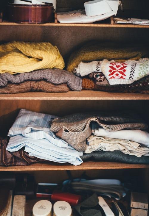 идеи фото осенью для инстаграм - вязаные свитера в шкафу