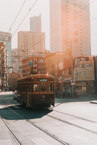 идеи фото осенью для инстаграм - ретро трамвай