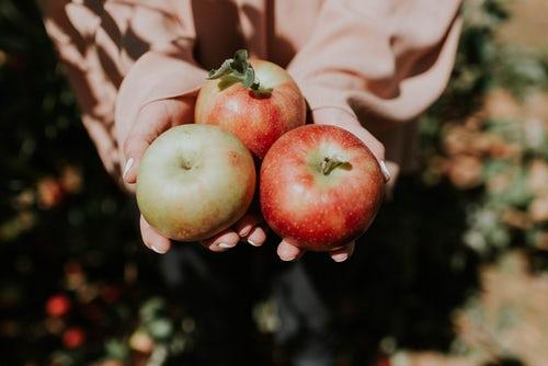 идеи фото осенью для инстаграм - яблоки в руках