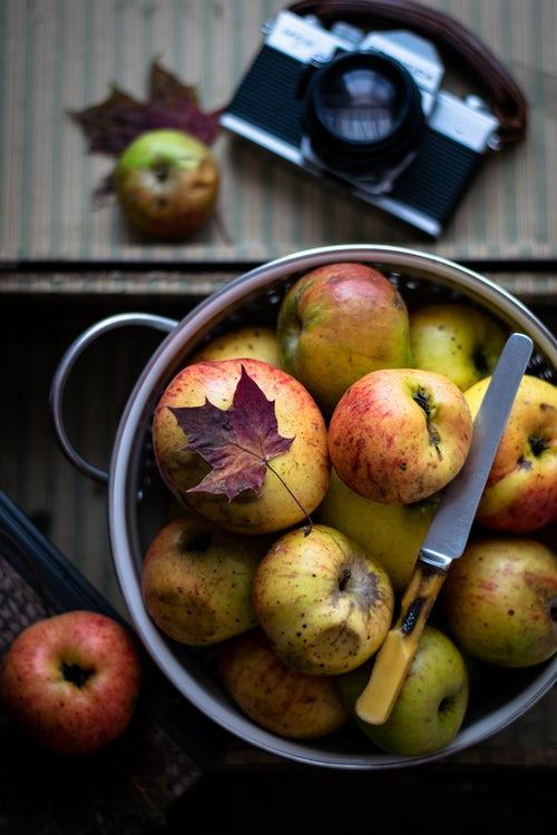 идеи фото осенью для инстаграм - яблоки на столе