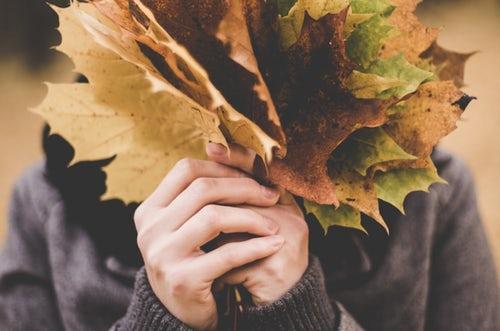 осенние идеи фото для инстаграм охапка листьев