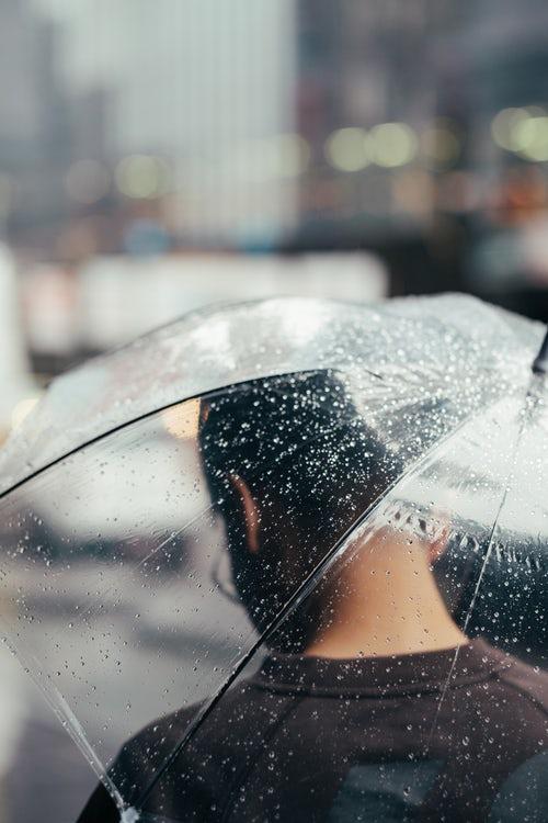 идеи фото осенью для инстаграм - зонт под дождём