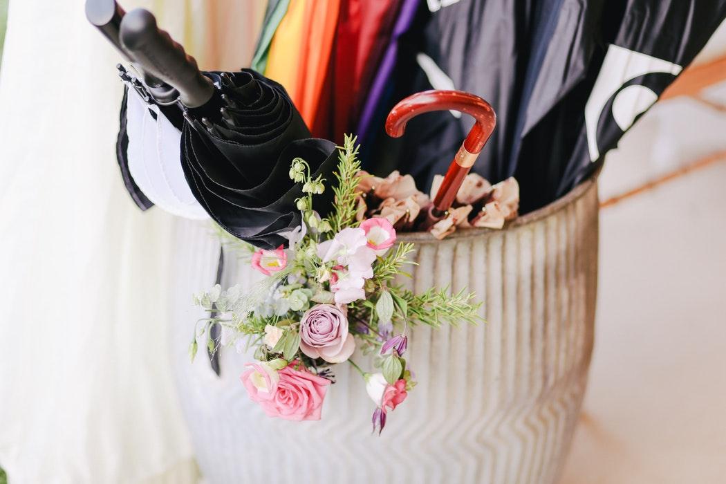 идеи фото осенью для инстаграм - зонт в корзине